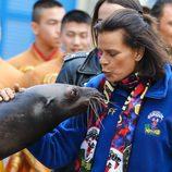Estefanía de Mónaco besando a una foca en la inauguración del Festival de Circo 2017