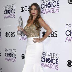 Sofía Vergara posando con su premio a Mejor actriz de comedia en los People's Choice Awards 2017
