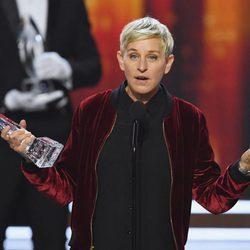 Ellen DeGeneres recogiendo uno de los tres galardones de los People's Choice Awards 2017