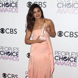 Priyanka Chopra posando con su premio a Mejor actriz de drama en los People's Choice Awards 2017