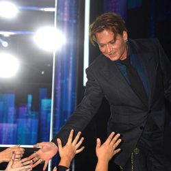 Johnny Depp recibiendo el cariño del público en los People's Choice Awards 2017