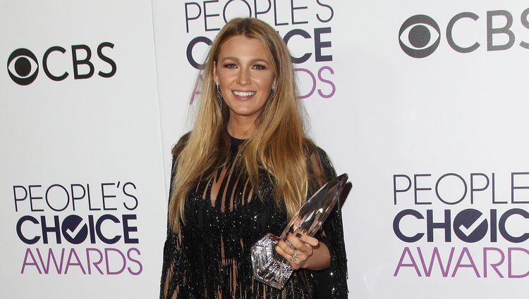 Blake Lively posando con su premio Mejor actriz de drama en los People's Choice Awards 2017