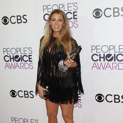 Blake Lively posando con su premio Mejor actriz de drama en los People's Choice Awards 2017