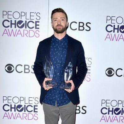 Justin Timberlake posando con sus dos galardones en los People's Choice Awards 2017