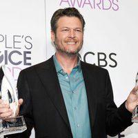 Blake Shelton posando con sus dos galardones en los People's Choice Awards 2017