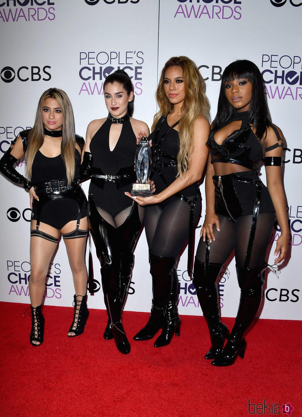 Fifth Harmony posando con el premio que ganaron en los People's Choice Awards 2017