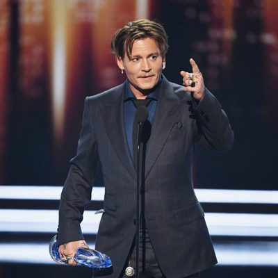Johnny Depp agradeciendo el cariño del público en los People's Choice Awards 2017