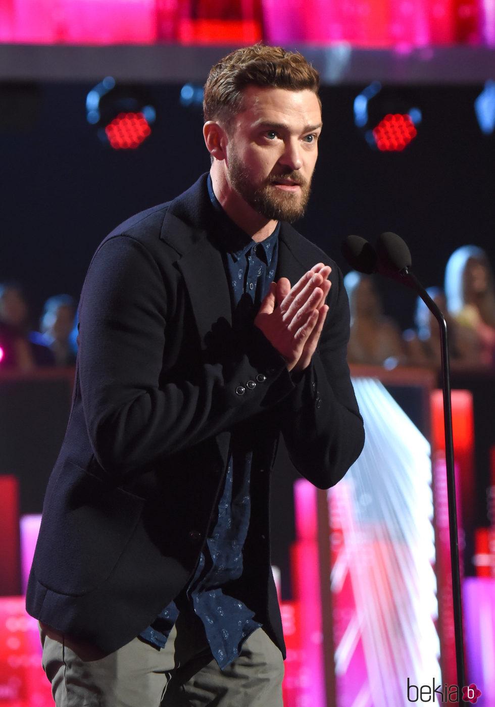 Justin Timberlake agradeciendo sus galardones en los People's Choice Awards 2017