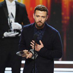 Justin Timberlake recogiendo su galardón en los People's Choice Awards 2017