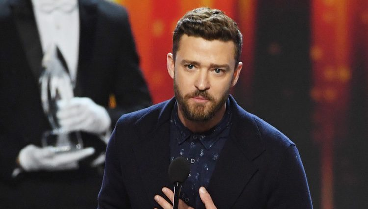 Justin Timberlake recogiendo su galardón en los People's Choice Awards 2017
