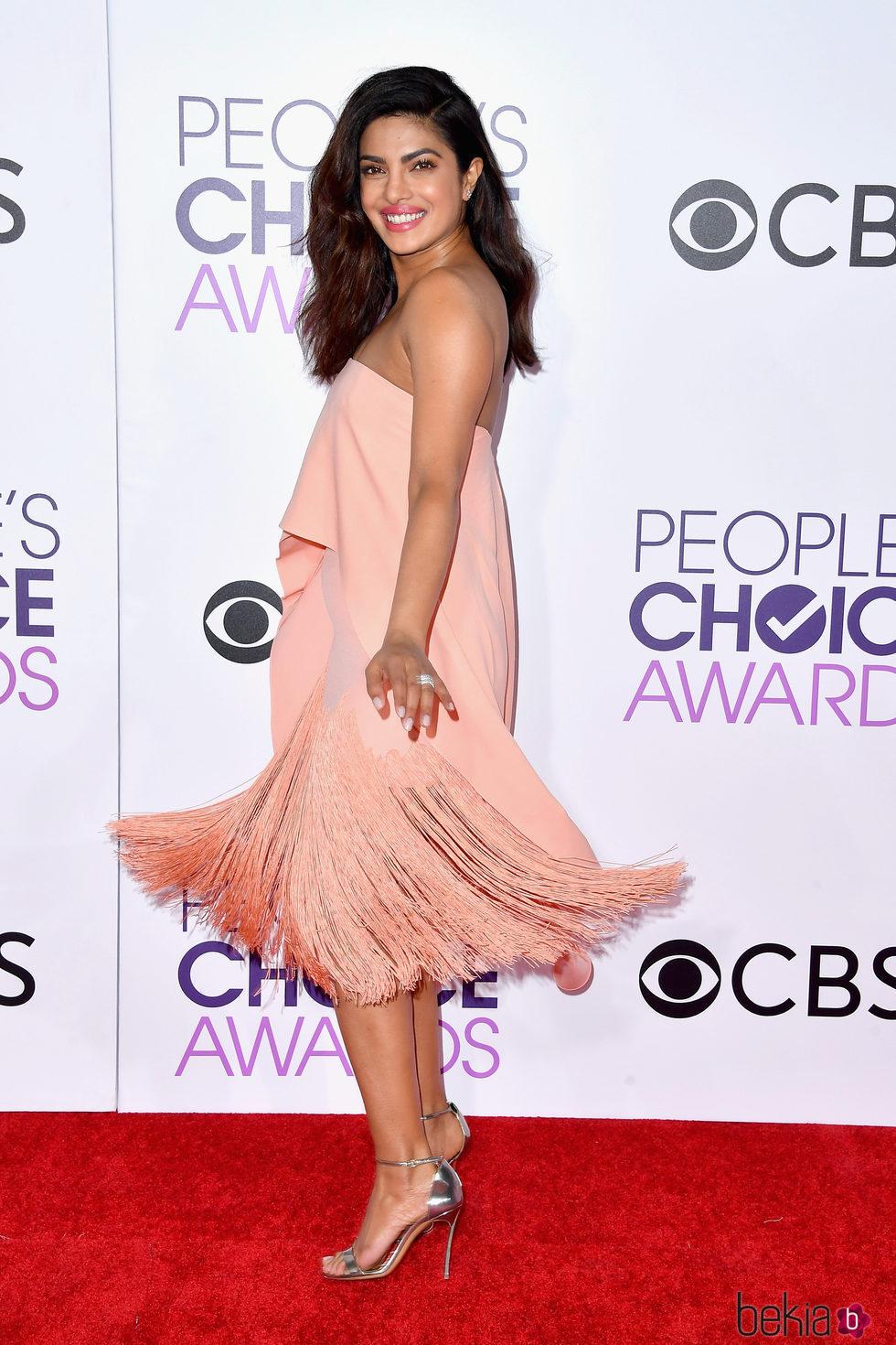 Priyanka Chopra luciendo su espectacular vestido en los People's Choice Awards 2017