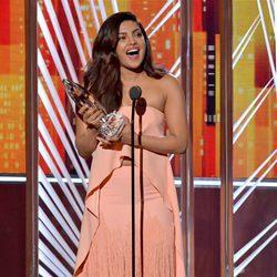 Priyanka Chopra recibiendo su premio en los People's Choice Awards 2017