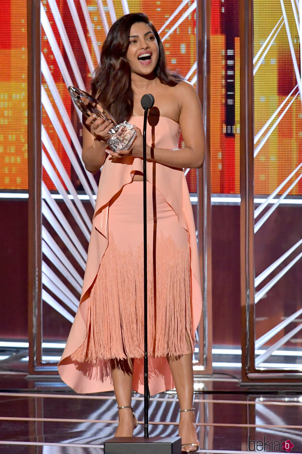 Priyanka Chopra recibiendo su premio en los People's Choice Awards 2017