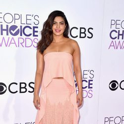 Priyanka Chopra posando en la alfombra roja de los People's Choice Awards 2017