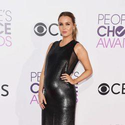 Camilla Luddington luciendo embarazo en la alfombra roja de los People's Choice Awards 2017