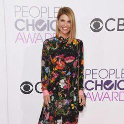Lori Loughlin luciendo embarazo en la alfombra roja de los People's Choice Awards 2017