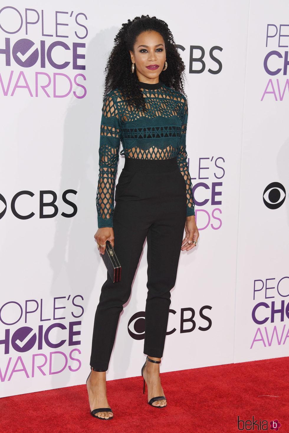 Kelly McCreary en la alfombra roja de los People's Choice Awards 2017