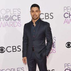 Wilmer Valderrama en la alfombra roja de los People's Choice Awards 2017