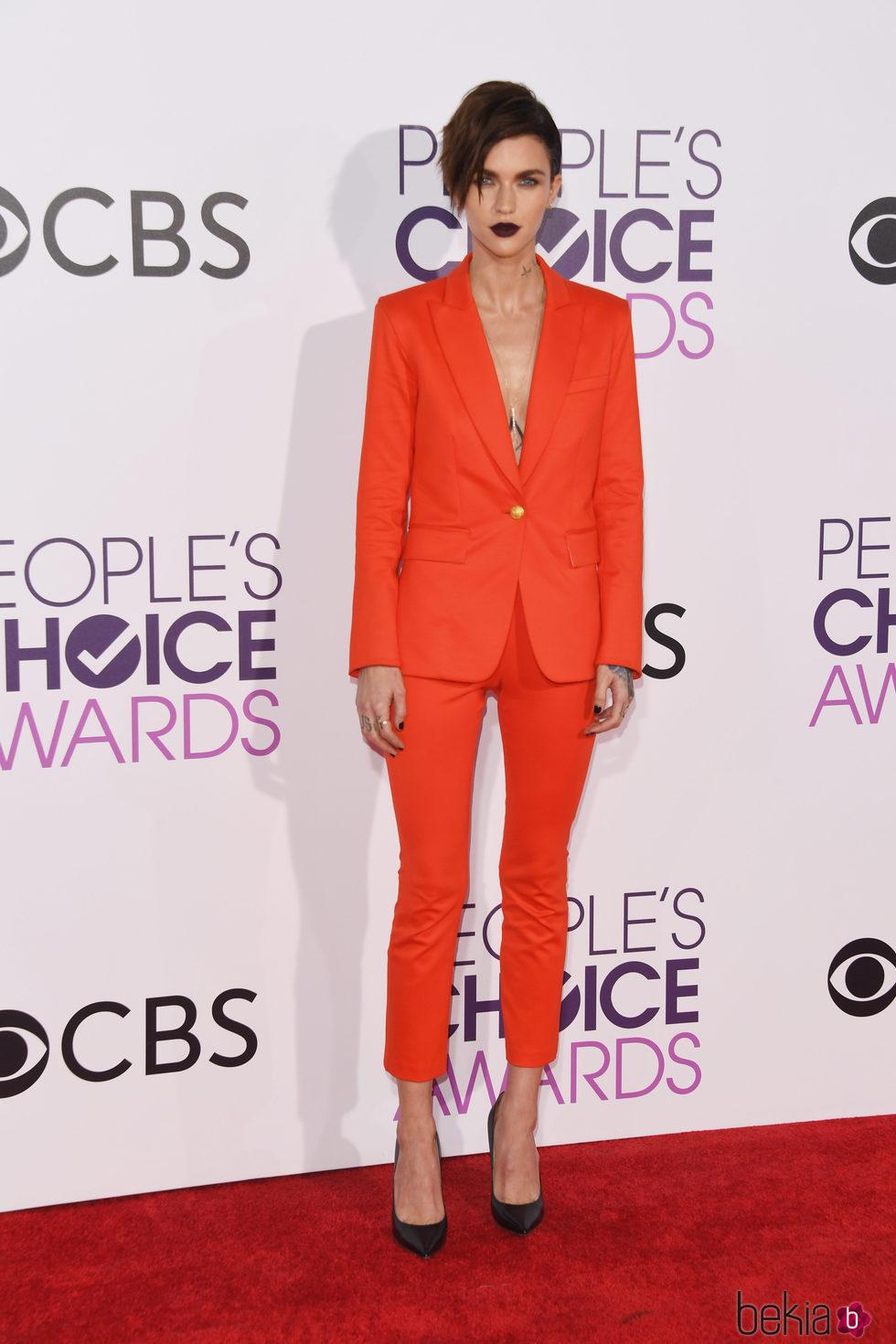 Ruby Rose en la alfombra roja de los People's Choice Awards 2017