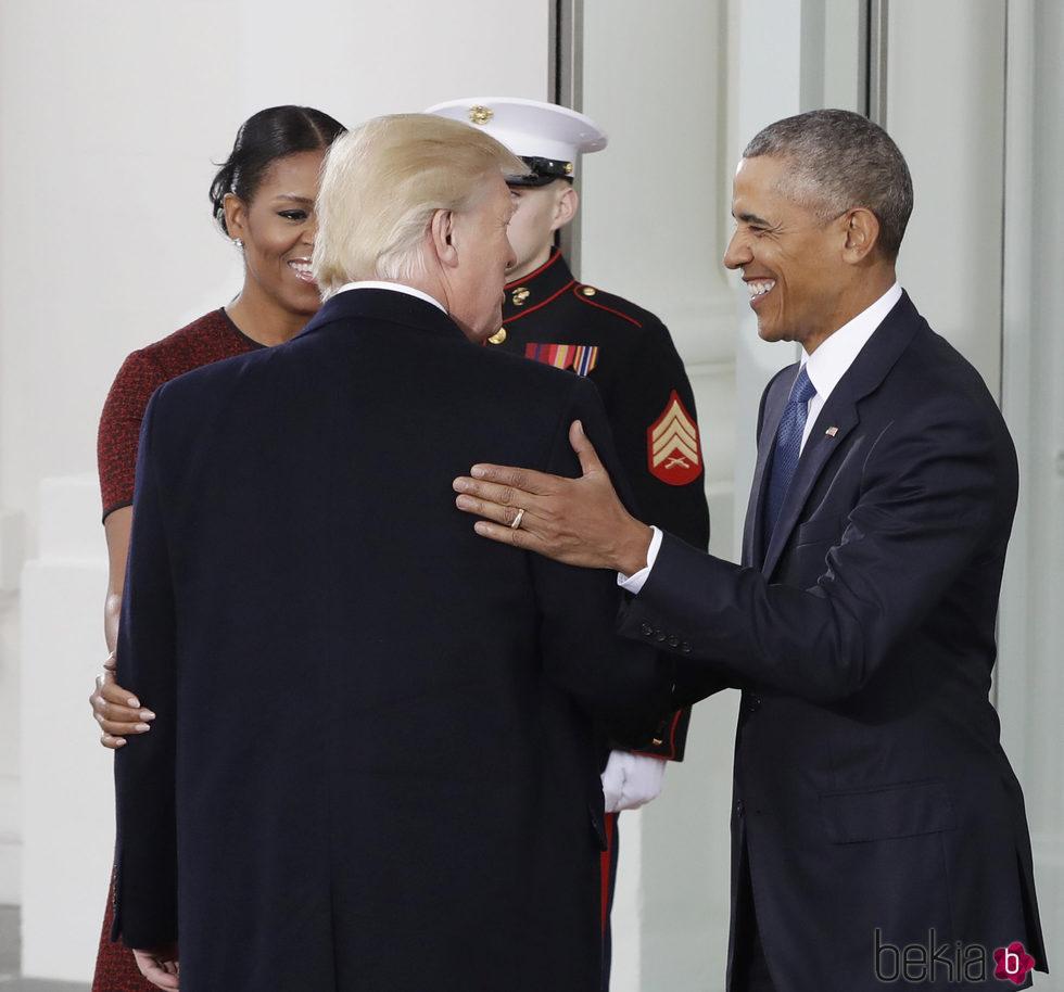 Donald Trump y Barack Obama se saludan en la toma de posesión de la presidencia del primero