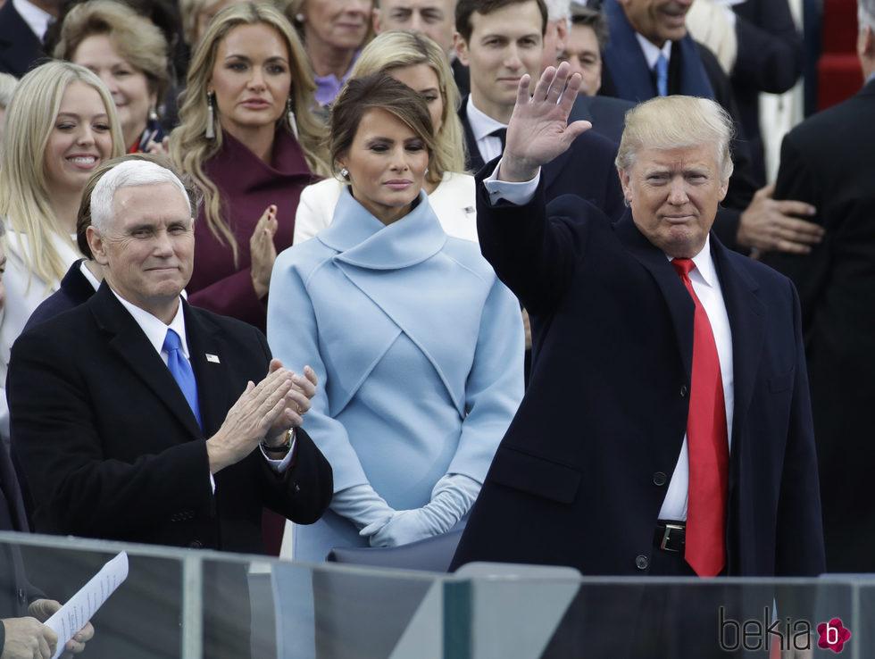 Donald Trump en su investidura con su mujer y el vicepresidente Mike Pence