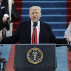 Donald Trump dando un discurso tras su investidura como el 45º presidente de Estados Unidos