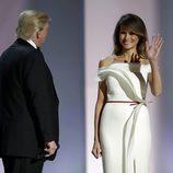 Melania Trump saludando en el baile de inauguración de la presidencia de su marido