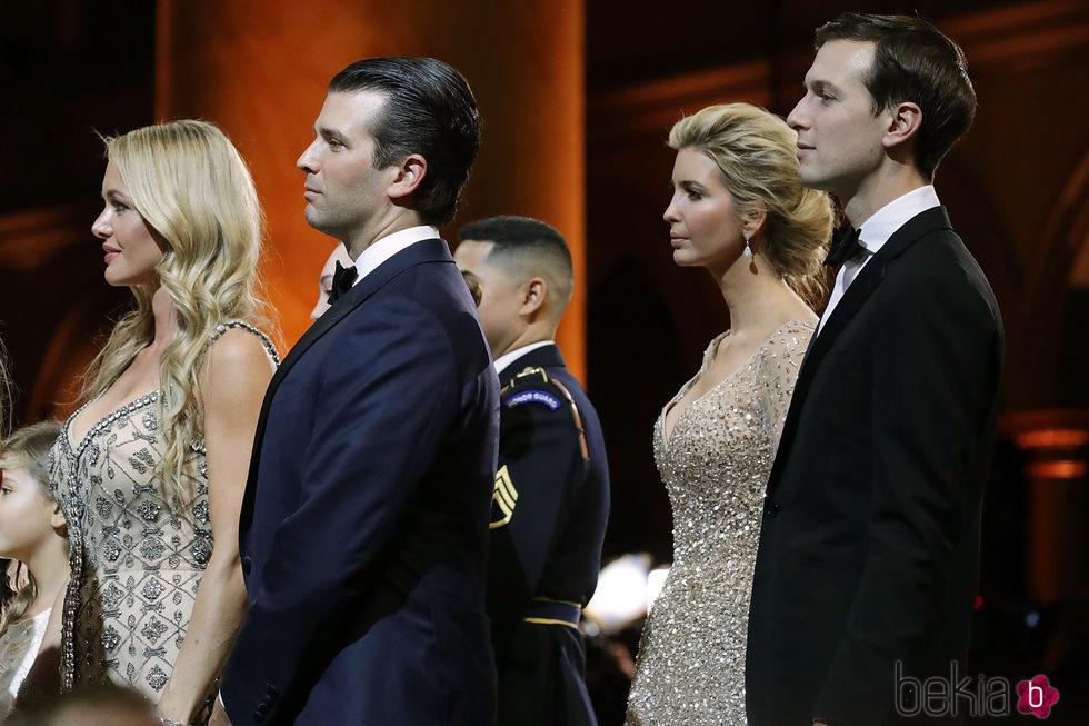 Ivanka y Donald Trump Jr con sus parejas en el baile inaugural de su presidencia