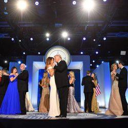 Donald y Melania Trump bailando muy pegados tras la toma de posesión