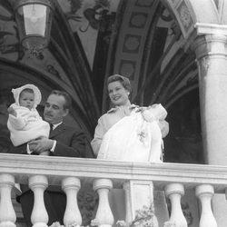 Rainiero de Mónaco y Grace Kelly con sus hijos Carolina y Alberto en 1958