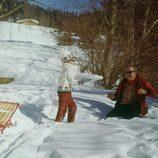 Carolina de Mónaco jugando con la nieve con Rainiero de Mónaco en Gstaad