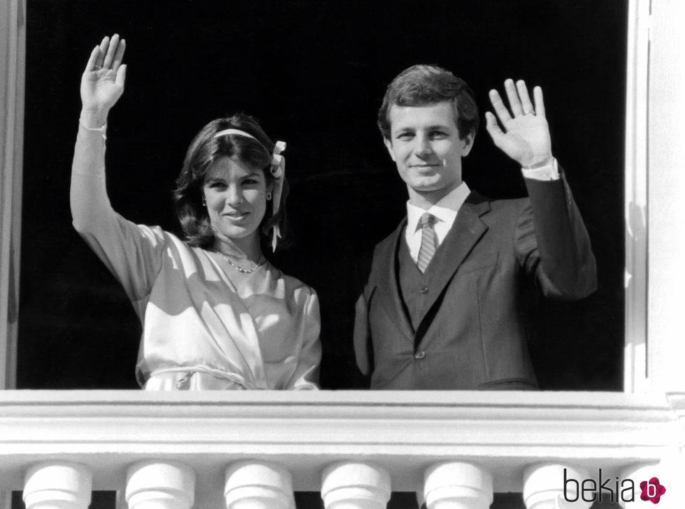 Carolina de Mónaco y Stefano Casiraghi saludan tras su boda