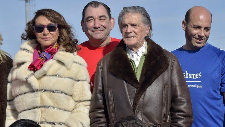 Jaime Ostos y María Ángeles Grajal en un partido de fútbol benéfico