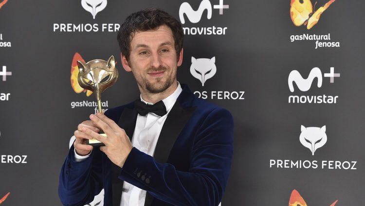 Raúl Arévalo con su Premio Feroz