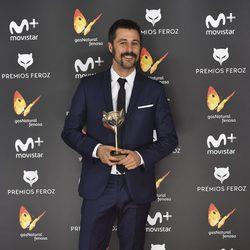 Hugo Silva con su Premio Feroz