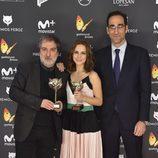 Aura Garrido y miembros del equipo de 'El ministerio del tiempo' con sus 'Feroz'