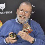 Ibáñez Serrador con su premio de reconocimiento en los Premios Feroz 2017