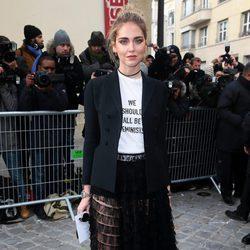 Chiara Ferragni llegando al desfile primavera/verano 2017 de Dior en la Semana de la Alta Costura de París