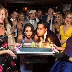 Nina Dobrev y Ronnie Bacardí soplando las velas de su tarta