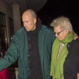 Olfo Bosé y Lucía Dominguín llegando a la capilla ardiente de Bimba Bosé