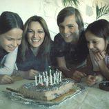 Paola Dominguín, Lucía Dominguín y Miguel Bosé celebrando un cumpleaños con su madre Lucía Bosé