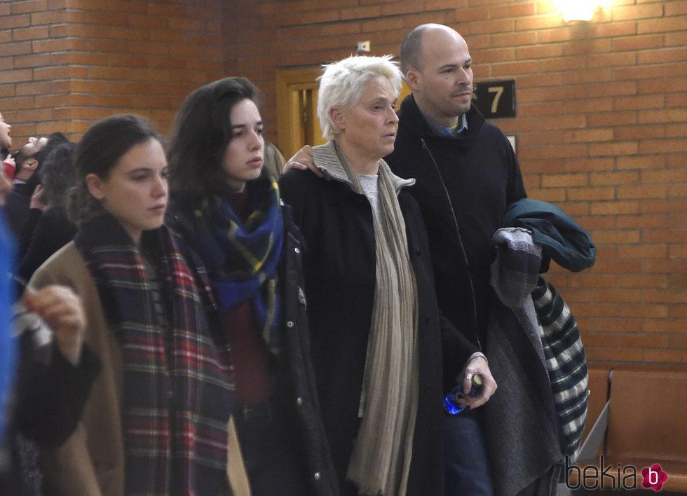 Olfo Bosé , Lucía Dominguín y Dora Postigo en la capilla ardiente de Bimba Bosé