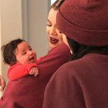 Khloe Kardashian sosteniendo entre sus brazos a Dream Renée