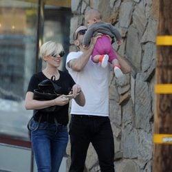 Scarlett Johansson y Romain Dauriac con su hija Rose Dorothy en Los Angeles