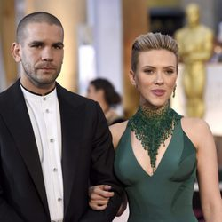 Scarlett Johansson y Romain Dauriac en los Oscar 2015