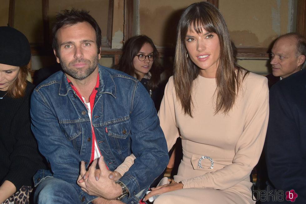 Alessandra Ambrosio y su pareja Jamie Mazur en el desfile de Bonpoint en la Semana de la Alta Costura de París