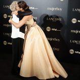 Paula Echevarría y Concha Velasco abrazándose en los Premios Mujer Hoy 2017