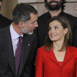 La Reina Letizia mira con cariño al Rey Felipe en un acto en el Palacio Real