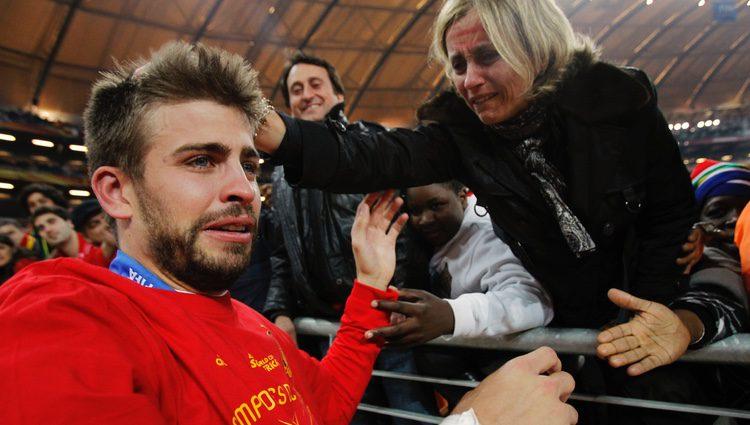 Gerard Piqué llora emocionado junto a su madre tras ganar el Mundial 2010
