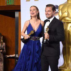 Leonardo DiCaprio y Brie Larson posando con sus estatuillas en los Oscar 2016